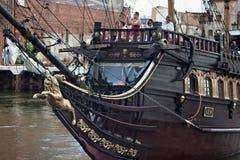 GDANSK, POLEN - 7. JUNI 2014: Hölzernes touristisches Schiff stilisierte als Piratenboot mit unbekannten Leuten auf dem Brett lizenzfreies stockfoto