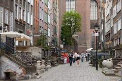 GDANSK POLEN - JUNI 07, 2014: Okänt folk som går på den Mariacka gatan i den historiska delen av Gdansk arkivbilder