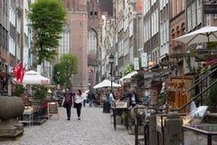 GDANSK, POLEN - 7. JUNI 2014: Unbekannte Leute, die auf die Mariacka-Straße im historischen Teil von Gdansk gehen lizenzfreie stockfotografie