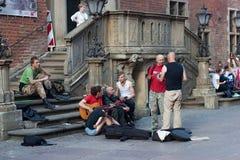 GDANSK, POLEN - 7. JUNI 2014: Unbekannte Straßenmusiker im historischen Teil von Gdansk lizenzfreies stockbild