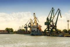 Gdansk, Polen - 21. Juni 2016: viele Kräne auf Hintergrund, Arbeiter, Versandboot Stockfotografie