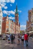 GDANSK, POLEN - 2. SEPTEMBER 2016: Leute gehen entlang lange Dluga-Straße in Gdansk, Polen Rathaus-Turm visibl lizenzfreies stockfoto