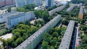 GDANSK, POLONIA - 21 de julio de 2018 - cantidad aérea de los edificios planos del bloque en la provincia de Przymorze, en la ciu almacen de metraje de vídeo