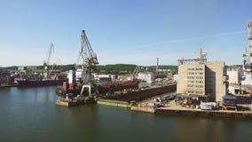 GDANSK, POLONIA - 29 DE MAYO: Terminal de contenedores profunda en Gdansk durante el cargamento - la terminal de contenedores más almacen de video