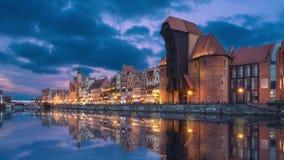 Gdansk, Polonia Embankmet y grúa en la oscuridad almacen de video