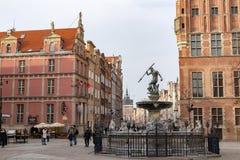 Gdansk Pomeranian/Polen - Februari, 07, 2019: Gå folk på marknaden nära Neptun Marknadsfyrkant och gångare royaltyfria foton