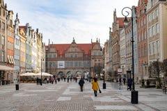 Gdansk Pomeranian/Polen - Februari, 07, 2019: Gå folk på marknaden nära Neptun Marknadsfyrkant och gångare arkivbild