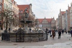 Gdansk Pomeranian/Polen - Februari, 07, 2019: Gå folk på marknaden nära Neptun Marknadsfyrkant och gångare arkivbilder