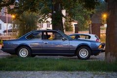 Gdansk Wrzeszcz, Polonia - 6 de junio de 2019: situación azul del coche de BMW del vintage en el estacionamiento fotos de archivo