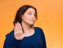 Gderliwa kobieta z złą postawą, daje rozmowie mój ręka gest Fotografia Stock