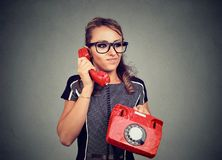 Gderliwa nierada młoda kobieta ma niemiłą rozmowę telefoniczną Obrazy Stock