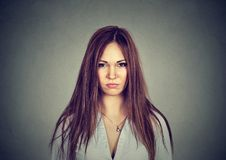 Gderliwa nieszczęśliwa kobieta patrzeje kamerę fotografia royalty free