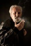 Gderliwy mężczyzna z papierosem obrazy royalty free