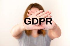 GDPR-begreppsbild kvinnan visar en stoppgest arkivfoton