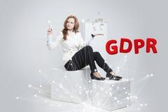 GDPR begreppsbild Reglering för skydd för allmänna data, skyddet av personliga data Ung kvinna som arbetar med Arkivbild