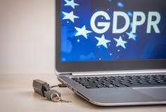 GDPR-Concept, laptop met USB, sloot met hangslot en het belangrijkste GDPR-pictogram op de het laptop scherm, Cybersecurity en in royalty-vrije stock fotografie