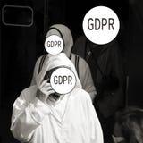 GDPR - ein älterer Mann in der arabischen Kleidung spricht am Telefon, sein Gesicht wird bedeckt mit dem Schutz Aufschrift Genera lizenzfreies stockbild