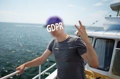 Gdpr en man står på däcket av ett skepp, som kör över det öppna havet, framsidan som täckas av inskriften av skydd för allmänna d arkivfoton