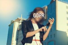 GDPR - Frau, die ihr Gesicht mit einer Aufschrift GDPR versteckt stockbild
