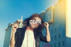 GDPR - Frau, die ihr Gesicht mit einer Aufschrift GDPR versteckt lizenzfreie stockfotografie