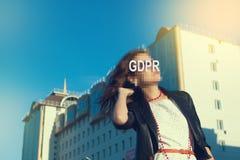 GDPR - Frau, die ihr Gesicht mit einer Aufschrift GDPR versteckt lizenzfreie stockfotos