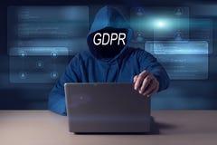 GDPR Hacker chuje jego twarz za wpisowym Ogólnych dane ochrony przepisem zdjęcia stock