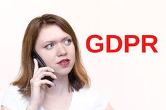 GDPR-Konzeptbild junge Frau am Telefon mit Buchstaben GDPR lizenzfreies stockfoto