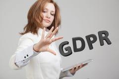 GDPR pojęcia wizerunek Ogólnych dane ochrony przepis ochrona osobiści dane Młoda kobieta pracuje z obrazy stock