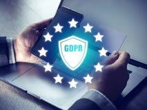 GDPR pojęcie, biznesmen ręka trzyma cyfrowego smartphone znaka ogólnych dane ochrony przepis i klucz ikonę, Cyber ochrona Obrazy Stock