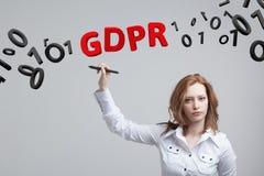 GDPR, pojęcie wizerunek Ogólnych dane ochrony przepis ochrona osobiści dane Młoda kobieta pracuje z zdjęcie royalty free