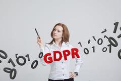 GDPR, pojęcie wizerunek Ogólnych dane ochrony przepis ochrona osobiści dane Młoda kobieta pracuje z zdjęcia royalty free