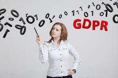 GDPR, pojęcie wizerunek Ogólnych dane ochrony przepis ochrona osobiści dane Młoda kobieta pracuje z zdjęcie stock