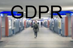 GDPR, povos obscuros que andam ao longo do túnel, conceito do general foto de stock