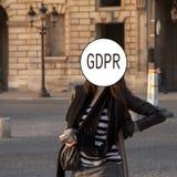 GDPR - Straßenporträt einer jungen Frau, Gesicht bedeckt mit der Schutz-Regelung Aufschrift General-Daten Internetsicherheit und stockbilder