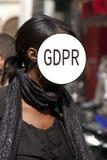 GDPR - Straßenporträt eines eleganten Mädchens, Gesicht wird durch die Schutz-Regelung Aufschrift General-Daten versteckt Abstrak stockbild