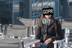 GDPR Une jeune femme est cachée derrière le règlement général de protection des données d'inscription image stock