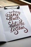 Gdy Śnieżny spadek natura Słucha kaligraficznego tło zdjęcia stock