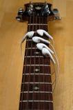 gdy earbuds dotykają gitarę Obraz Royalty Free