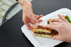 Gdy rżnięty hamburger Fotografia Royalty Free