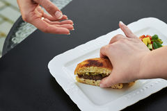 Gdy rżnięty hamburger Zdjęcie Royalty Free