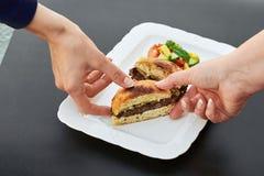 Gdy rżnięty hamburger zdjęcia royalty free