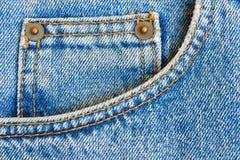 gdy tło niebiescy dżinsy wkładać do kieszeni spodnia Obraz Stock