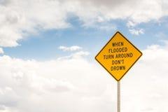 Gdy zalewający obraca wokoło kąta błękitny drogowego znaka odcienia widok szeroki zdjęcie stock