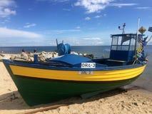Gdynia Orlowo, het strand van Polen met vastgelegde vissersboten royalty-vrije stock afbeeldingen