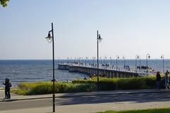 Gdynia Orlowo, pessoa que anda ao longo do cais no dia ensolarado Imagens de Stock Royalty Free