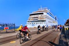 Gdynia, Polen - 07 28 2012: Touristen auf den Fahrrädern, die zurück Franc zurückbringen Lizenzfreie Stockfotos