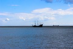 Gdynia, Polen - Weergeven voor Oostzee met het varende poetsmiddel van de schip Zwarte Parel: Czarna Perla stock afbeelding