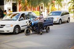Geändertes Motocycle und es sind Fahrer im Stadtzentrum gelegenes San Andres Island Stockfoto
