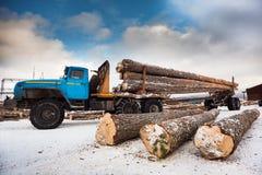 Geëindigd van de houtvrachtwagen enkel het laden stock foto's