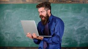Geërgerd door langzaam Internet Langzaam Internet die hem ergeren Laptop van de leraars gebaarde mens moderne bordachtergrond hip stock fotografie